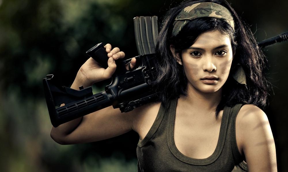 Chica con rifle de asalto - 1000x600
