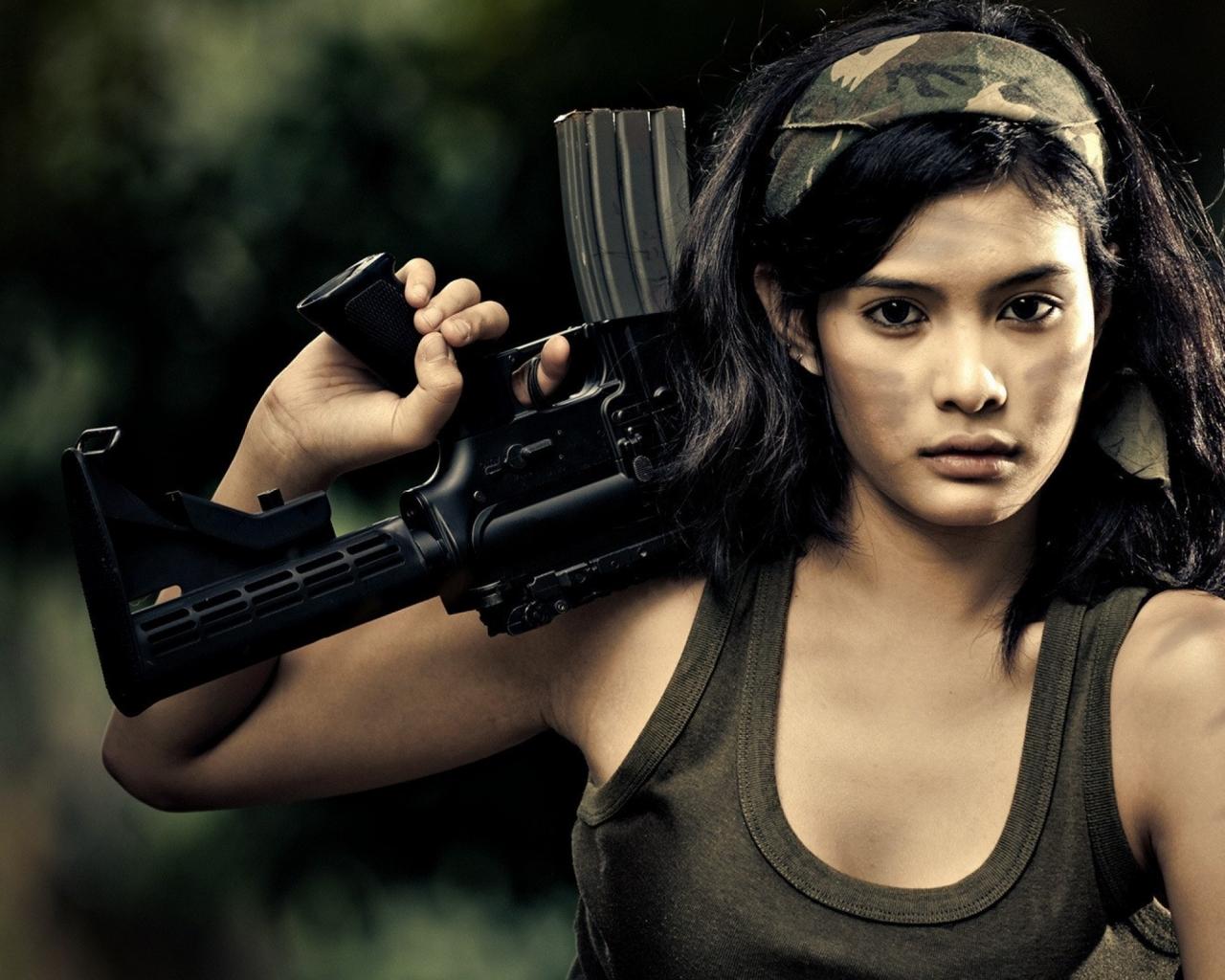 Chica con rifle de asalto - 1280x1024