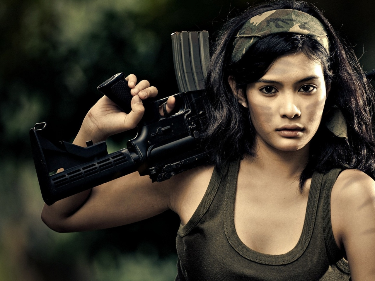 Chica con rifle de asalto - 1280x960