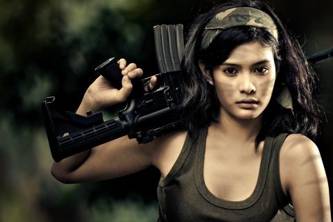Chica con rifle de asalto - 480x320