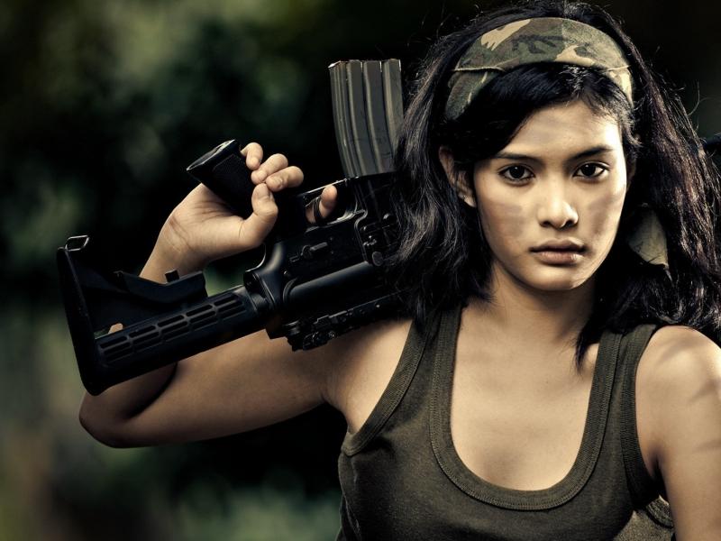 Chica con rifle de asalto - 800x600