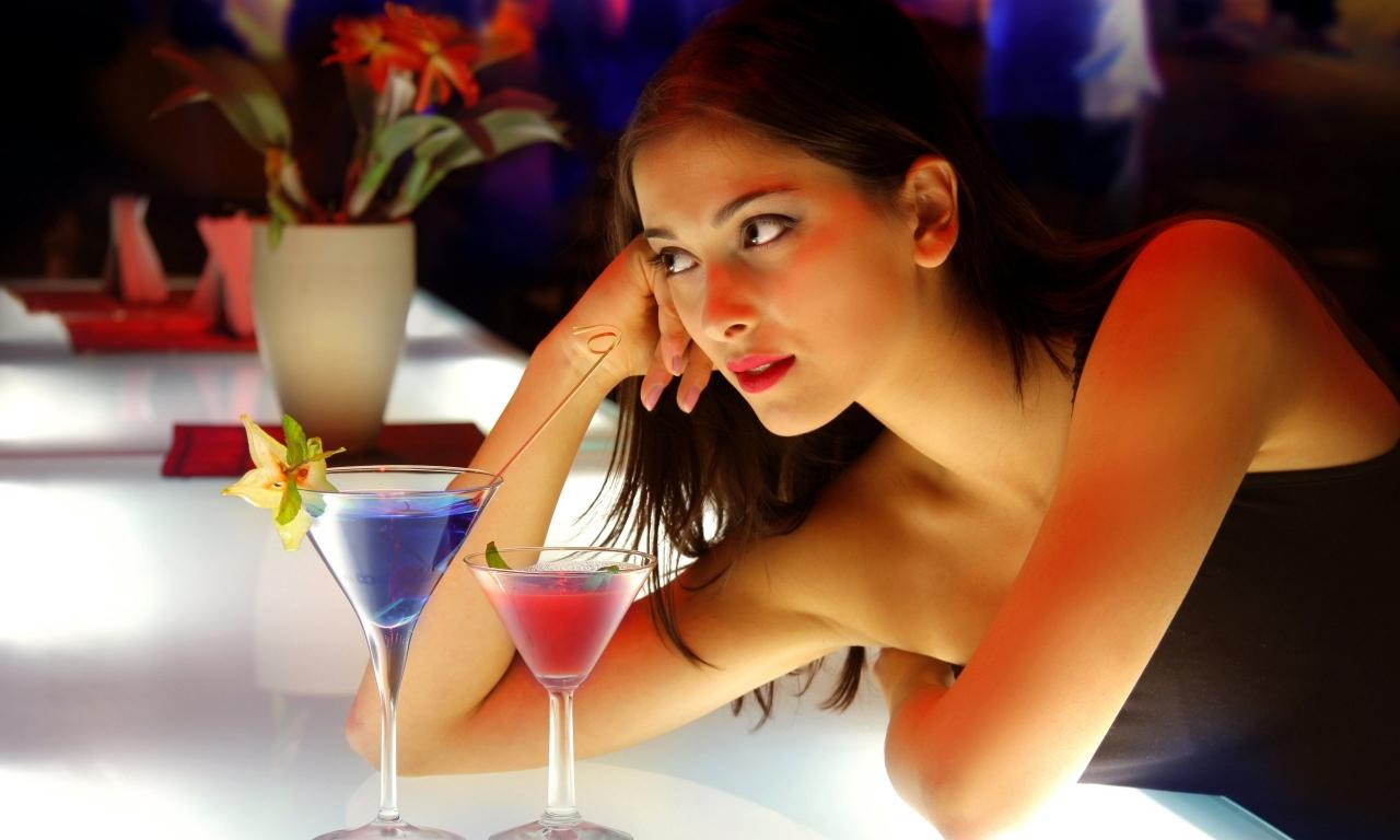 Chica sola en la barra - 1280x768