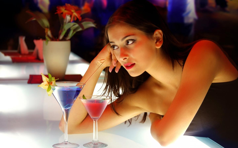 Chica sola en la barra - 1440x900
