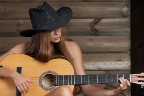 Chica tocando guitarra - 480x320