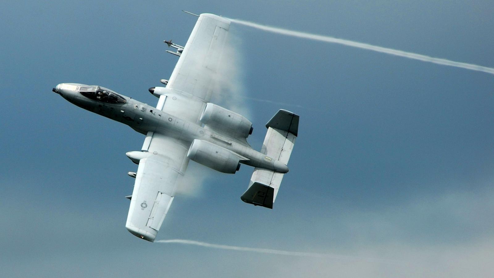 El avión A-10 Thunderbolt - 1600x900