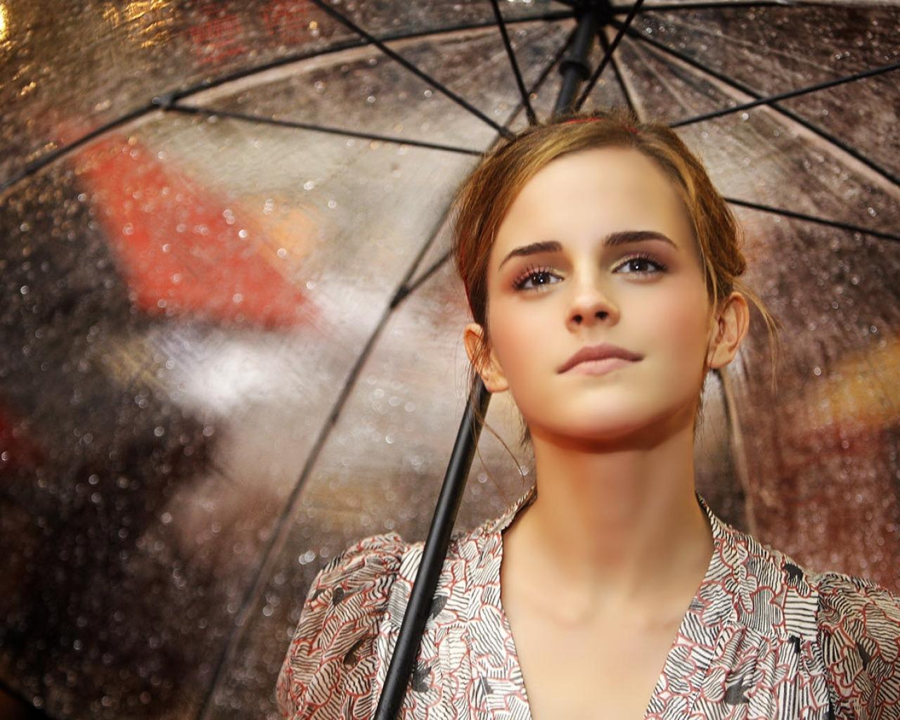 Emma Watson con paraguas - 1280x1024