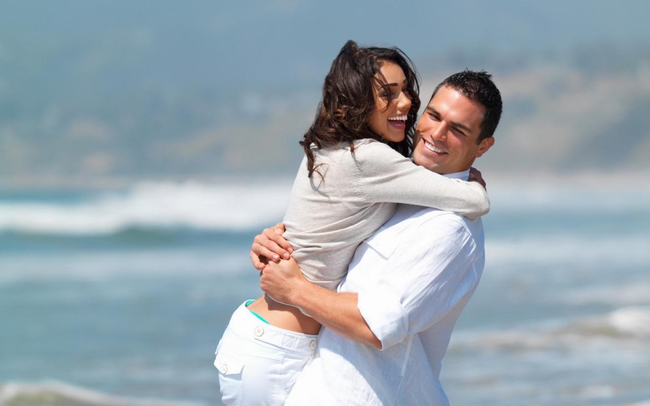 Enamorados en playa - 1280x800