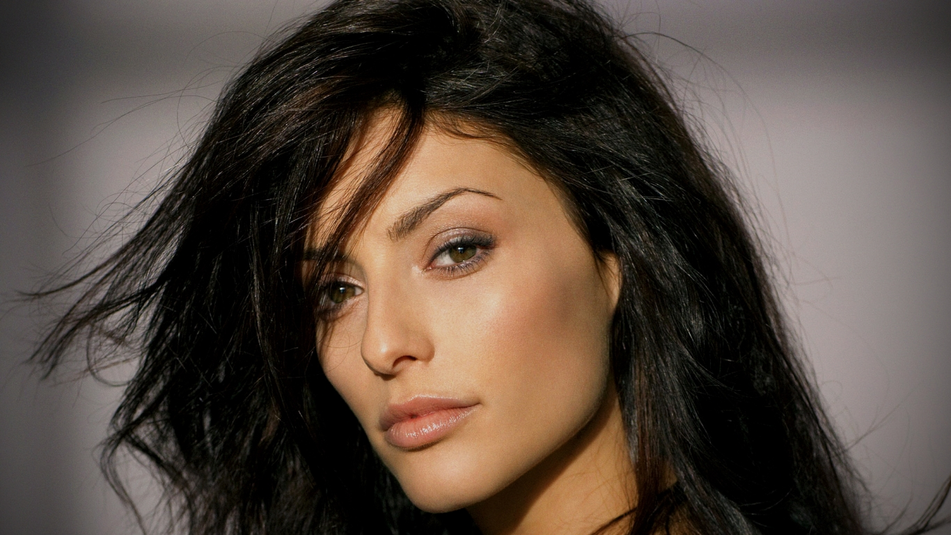 Erica Cerra rostro - 1366x768