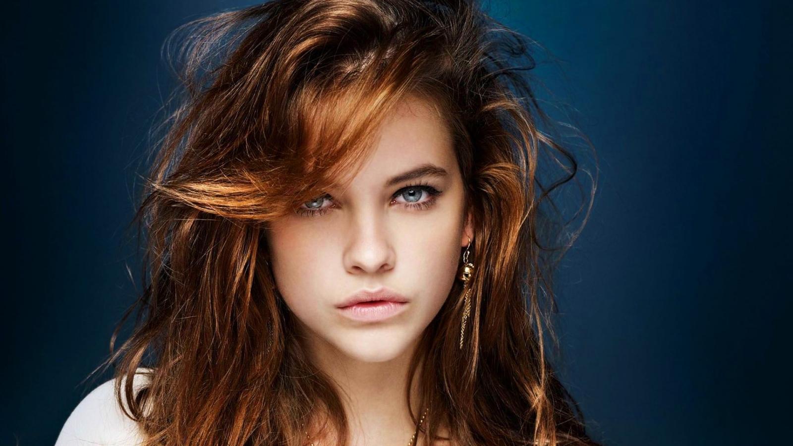 Hermosa chica despeinada - 1600x900