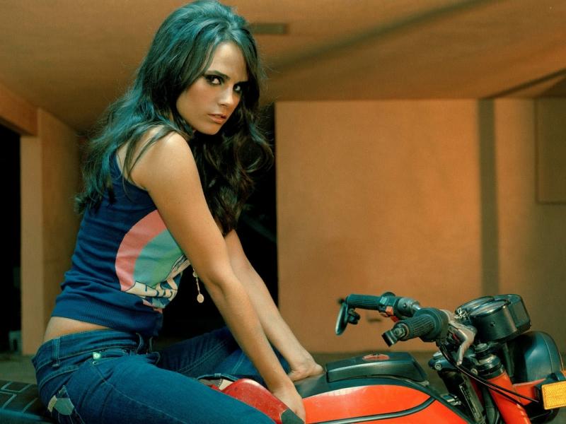 Jordana Brewster en moto - 800x600