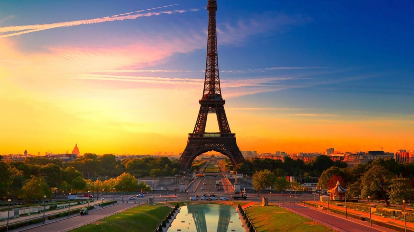 La torre Eiffel al atardecer - 1366x768