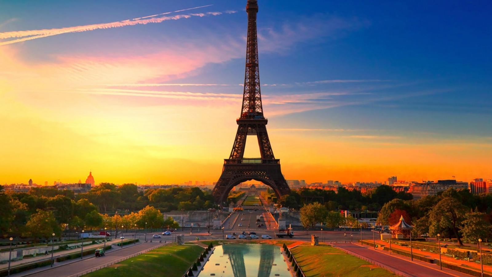 La torre Eiffel al atardecer - 1600x900