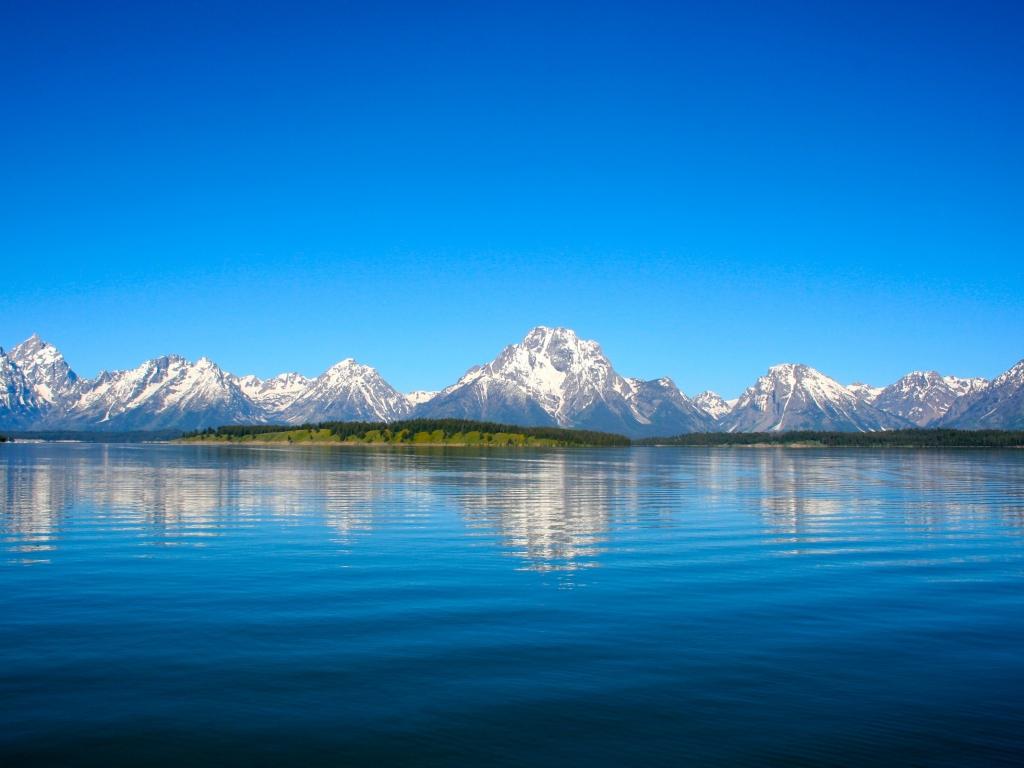 Lago y montañas - 1024x768