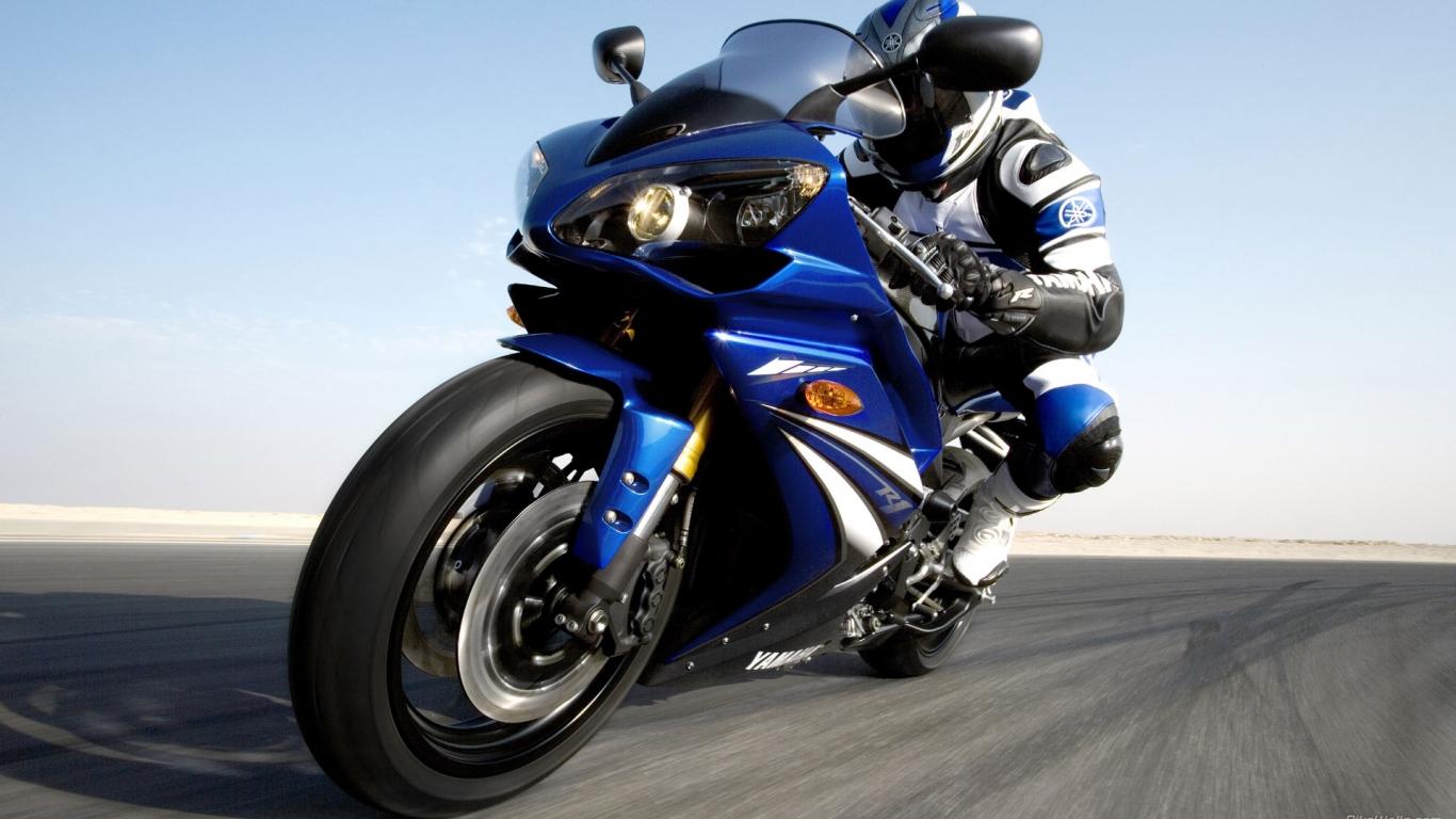 Moto Yamaha azul - 1366x768