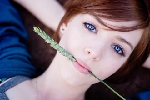 Pelirroja de ojos azules - 480x320