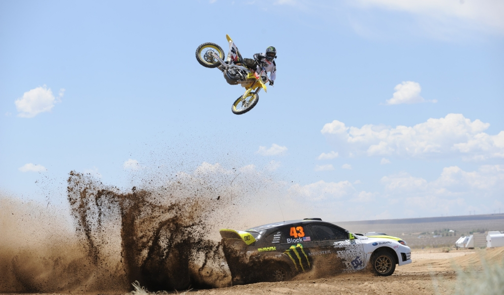Salto de moto sobre auto - 1024x600