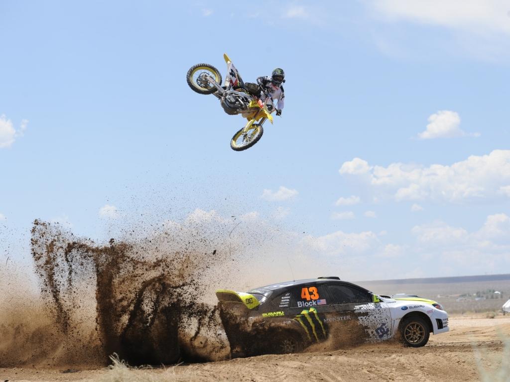 Salto de moto sobre auto - 1024x768