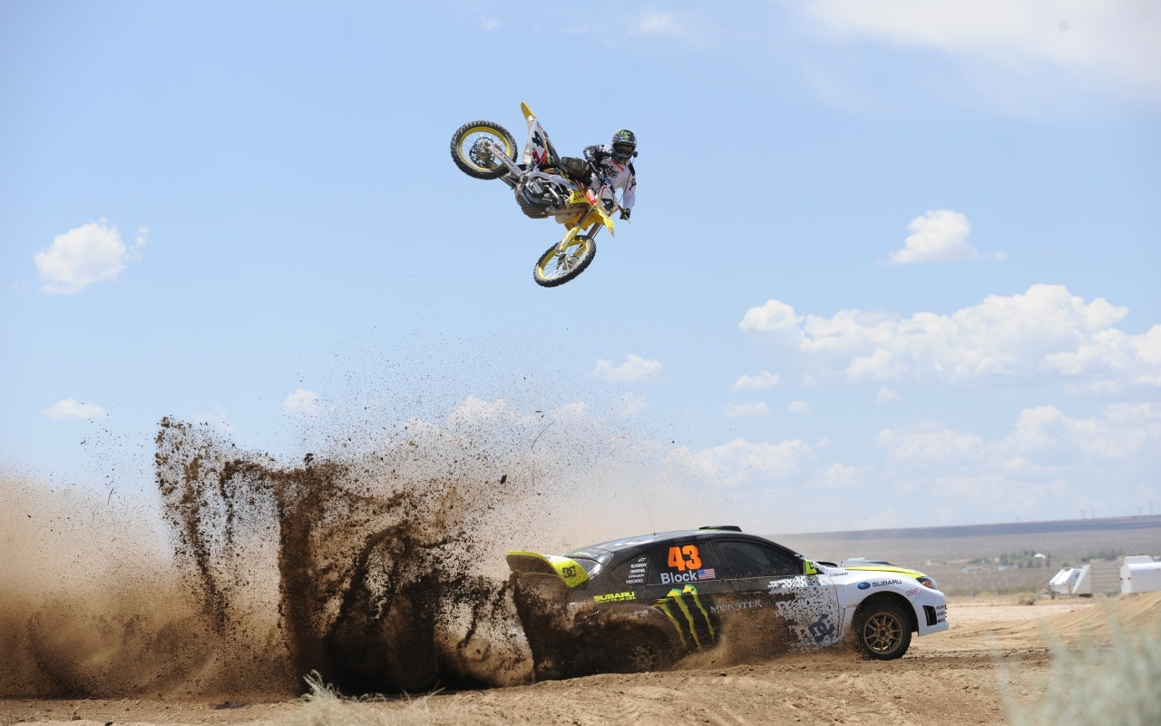 Salto de moto sobre auto - 1280x800