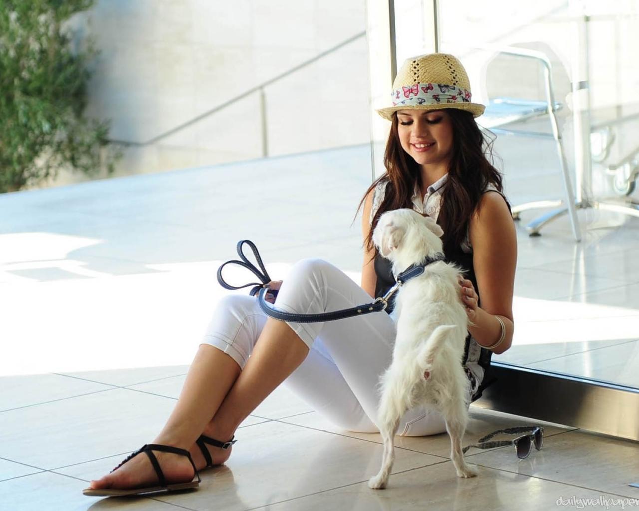 Selena Gomez y su perro - 1280x1024