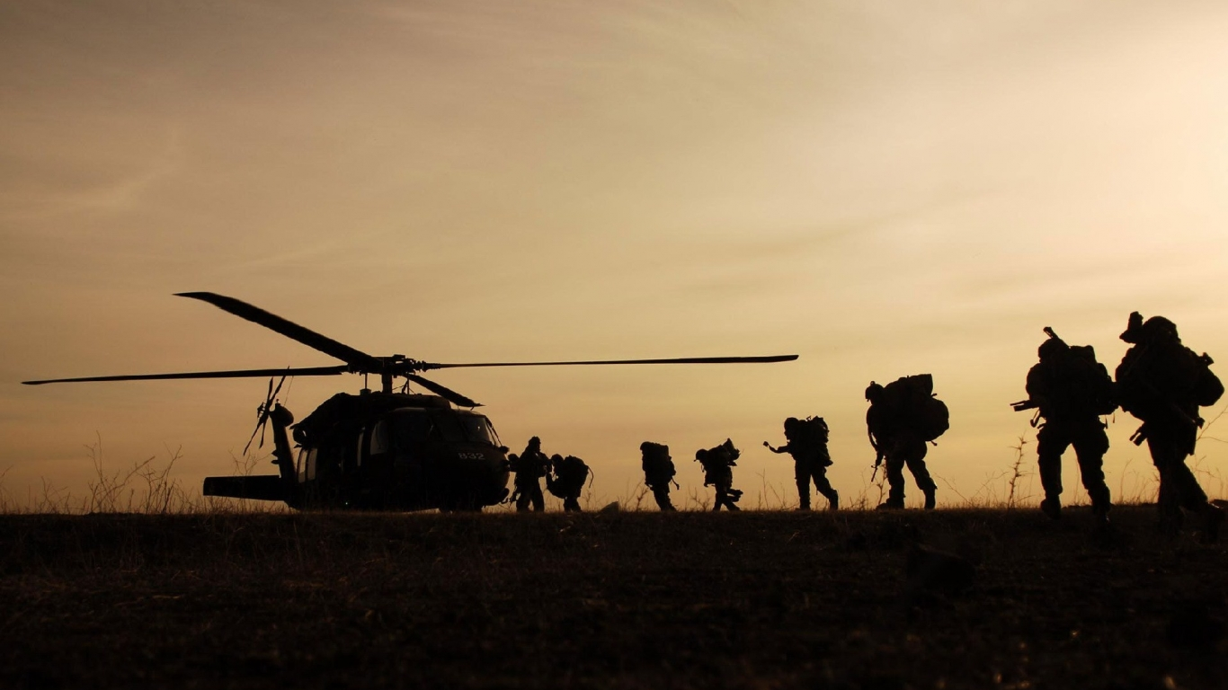 Soldados subiendo a Helicóptero - 1366x768