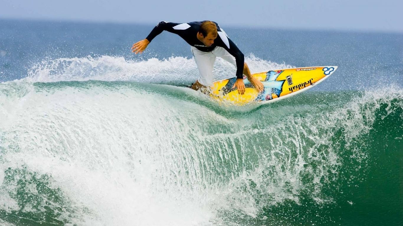 Surfeando olas - 1366x768