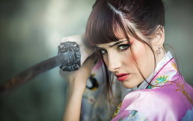 Susan Coffey y una katana - 1440x900