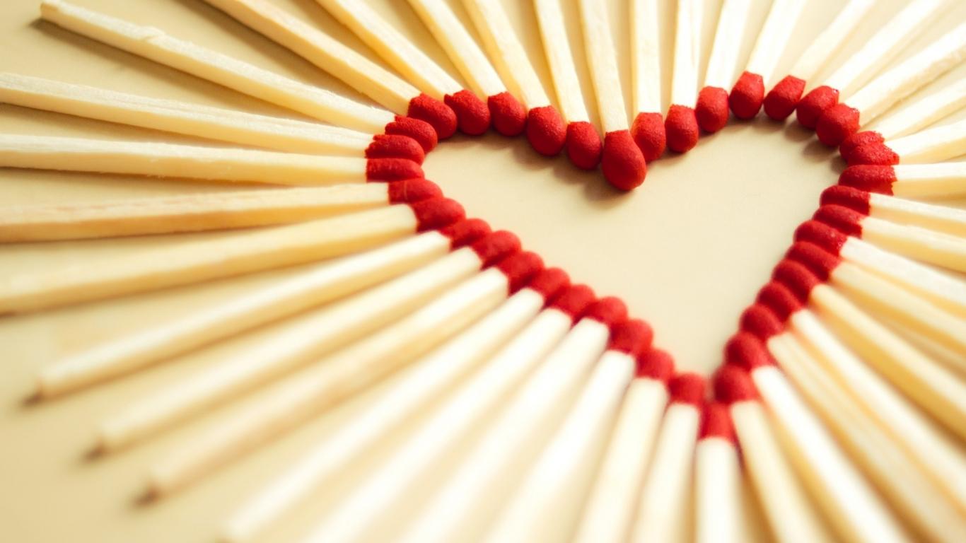 Un corazón con fósforos - 1366x768