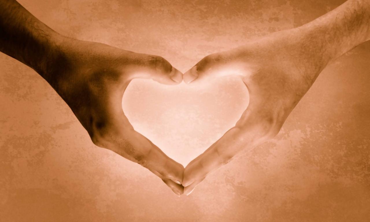 Un corazón con las manos - 1280x768