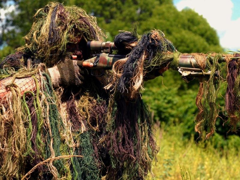Un francotirador camuflado - 800x600