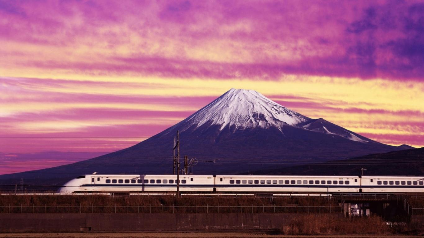 Un tren y una montaña - 1366x768