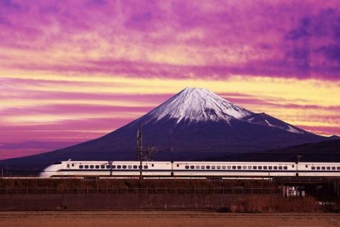 Un tren y una montaña - 480x320