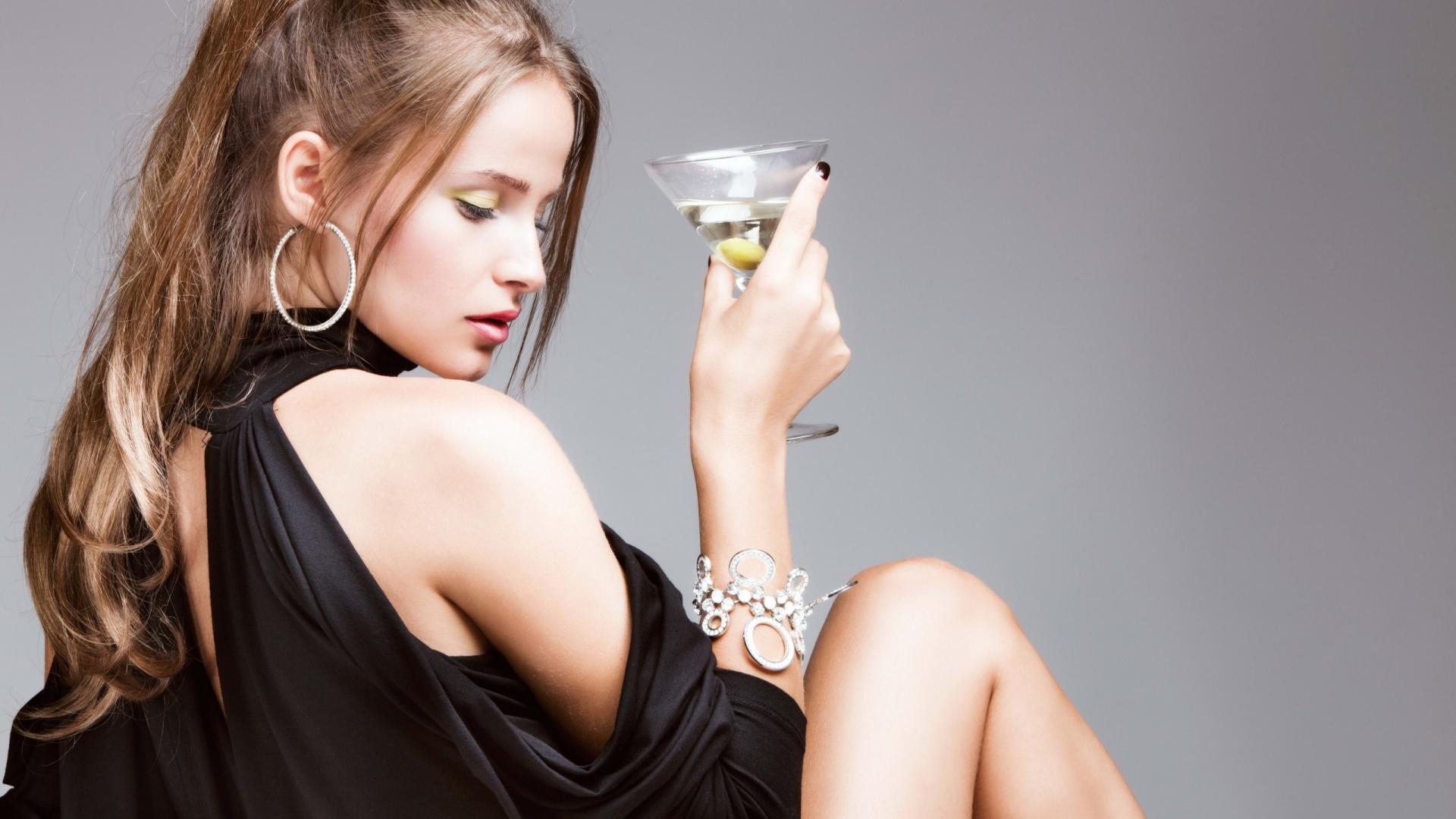 Con una copa de martini - 1920x1080