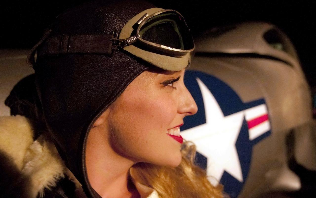 Una chica piloto de aviones - 1280x800