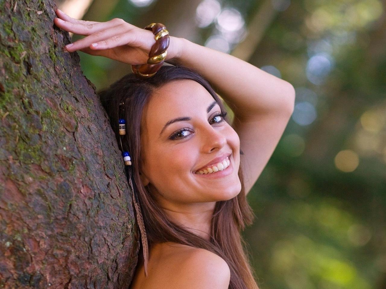 Una chica sonriendo - 1280x960