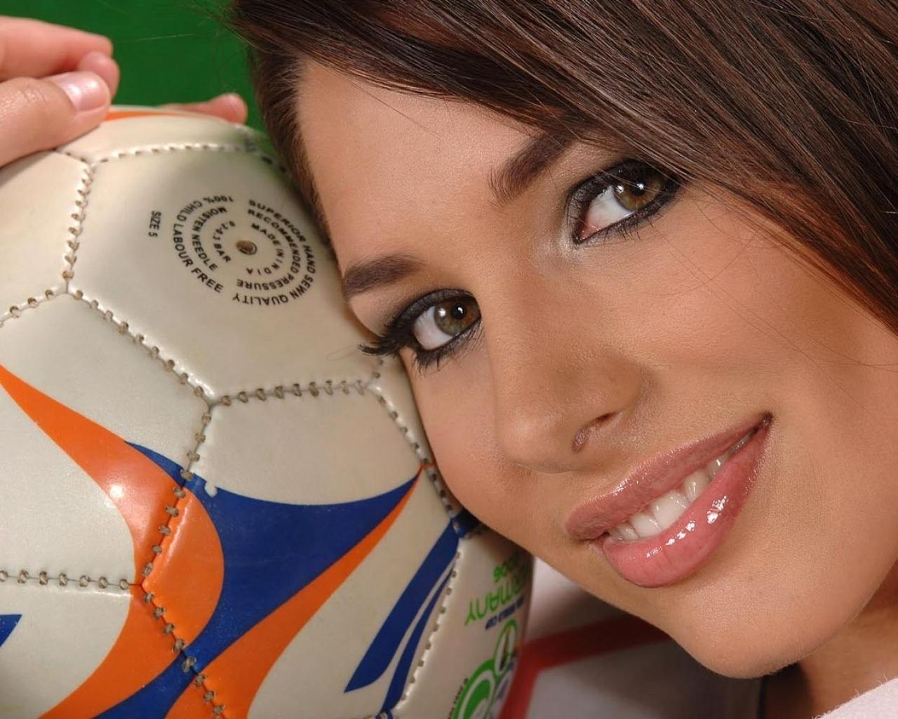 Una chica y balón de fútbol - 1280x1024