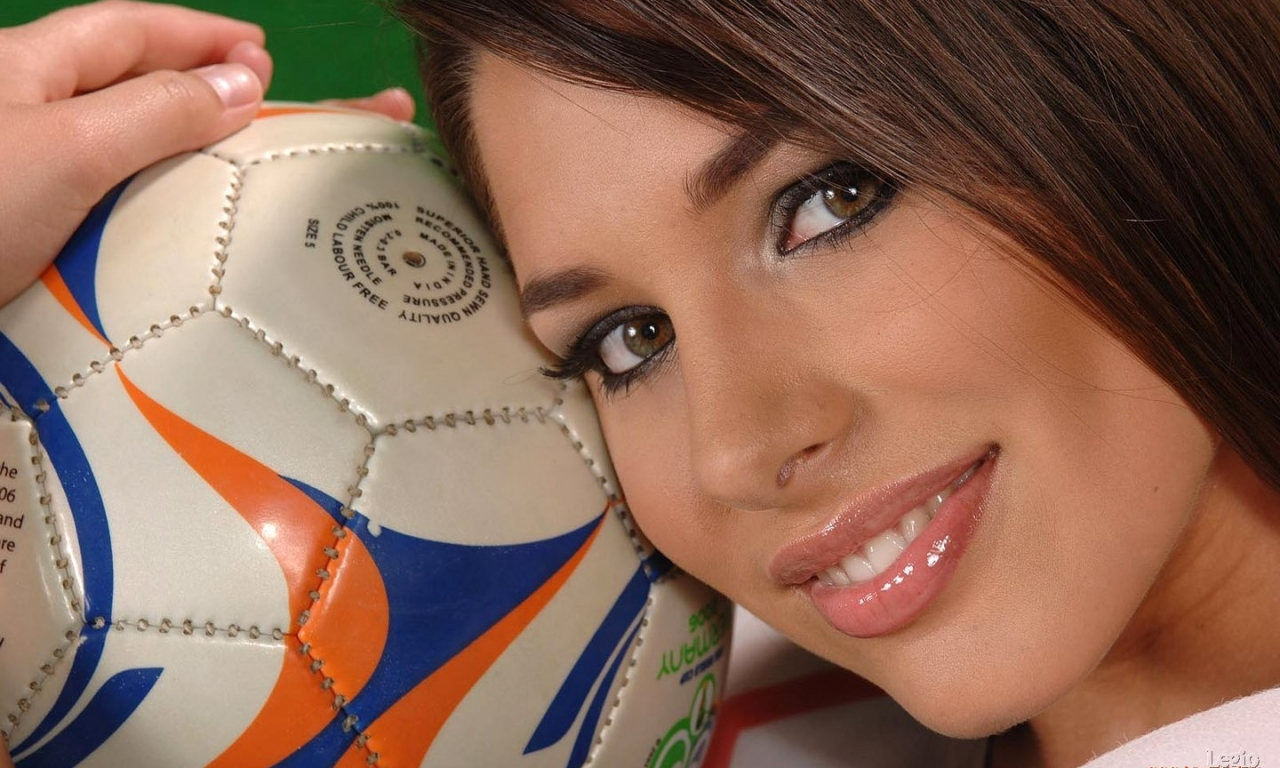 Una chica y balón de fútbol - 1280x768