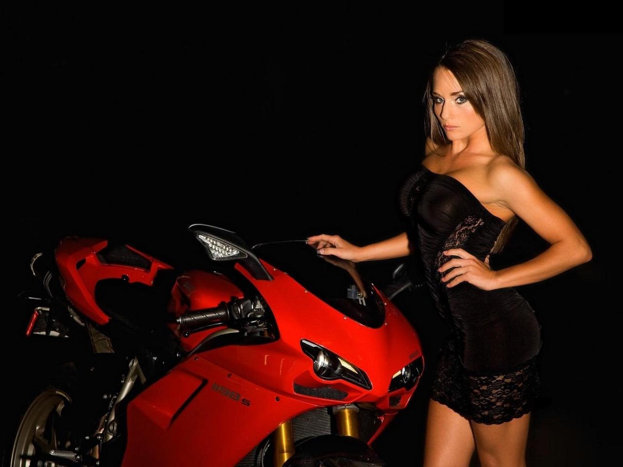 Una Ducati y una modelo - 1280x960