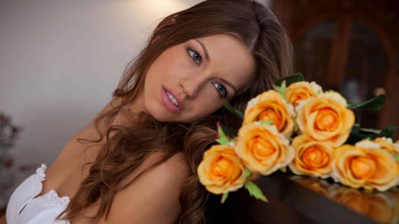 Una hermosa novia con flores - 1366x768