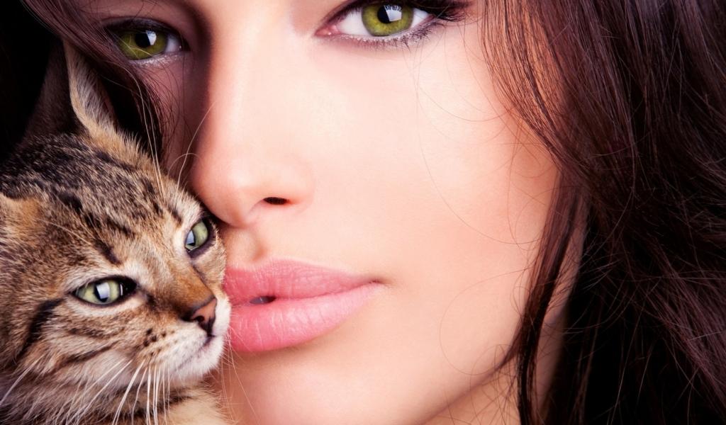Una mujer bella y un gato - 1024x600