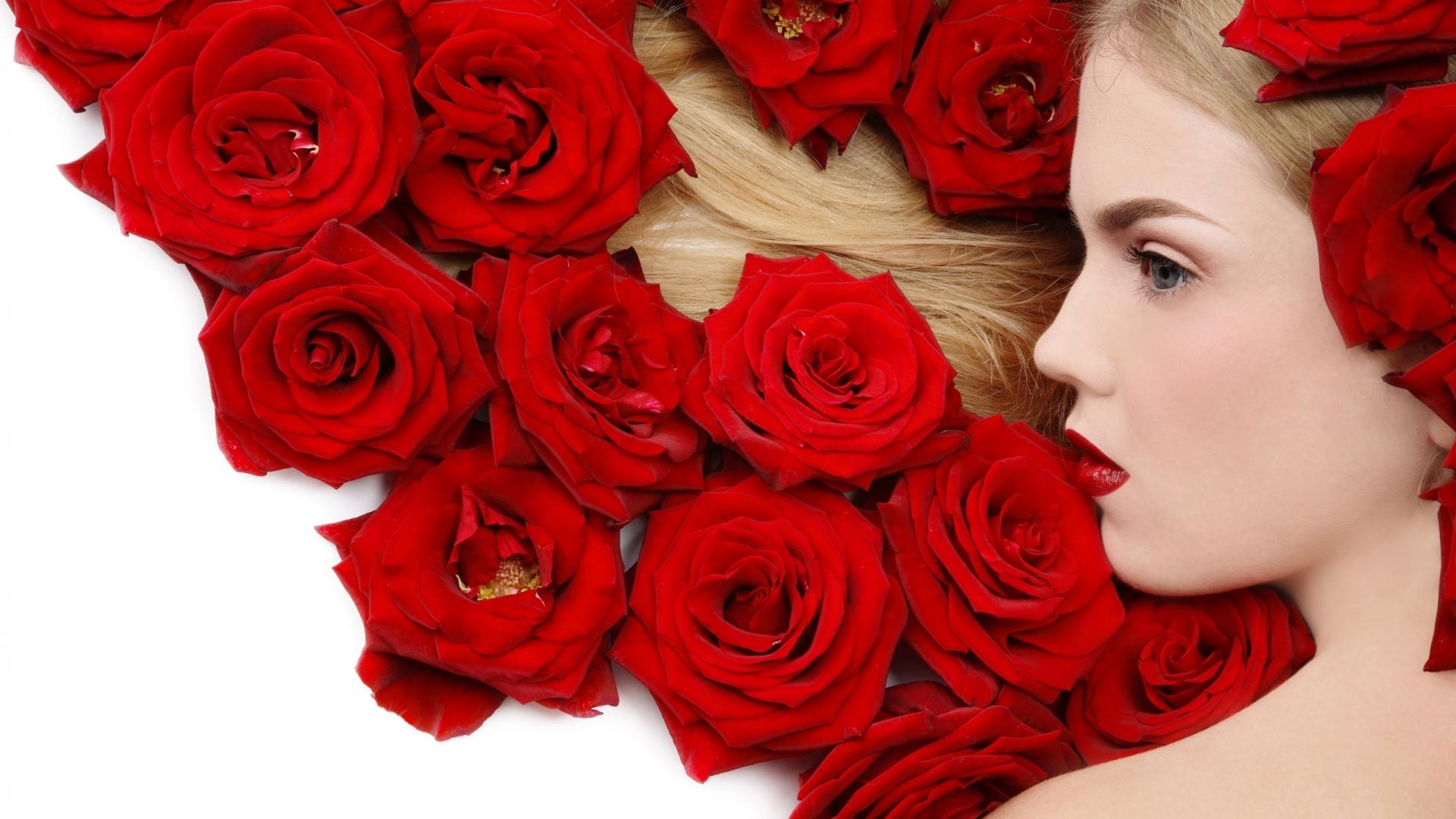 Una rubia y rosas rojas - 1920x1080