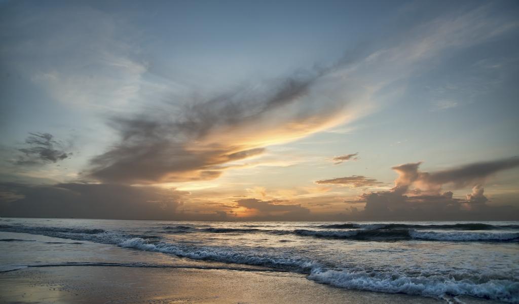 Amanecer en una playa - 1024x600