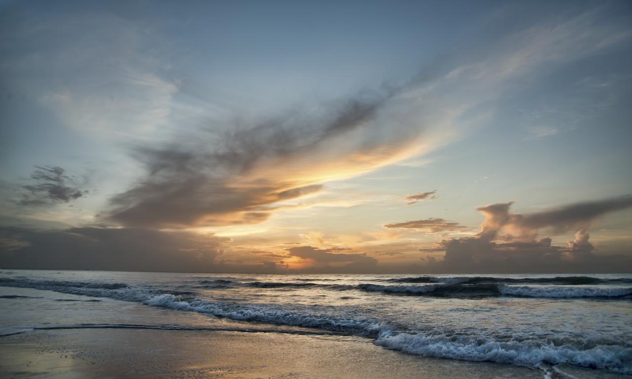 Amanecer en una playa - 1280x768