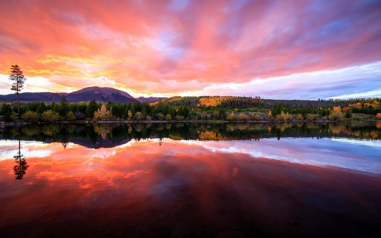 Bellos reflejos en un lago - 1280x800