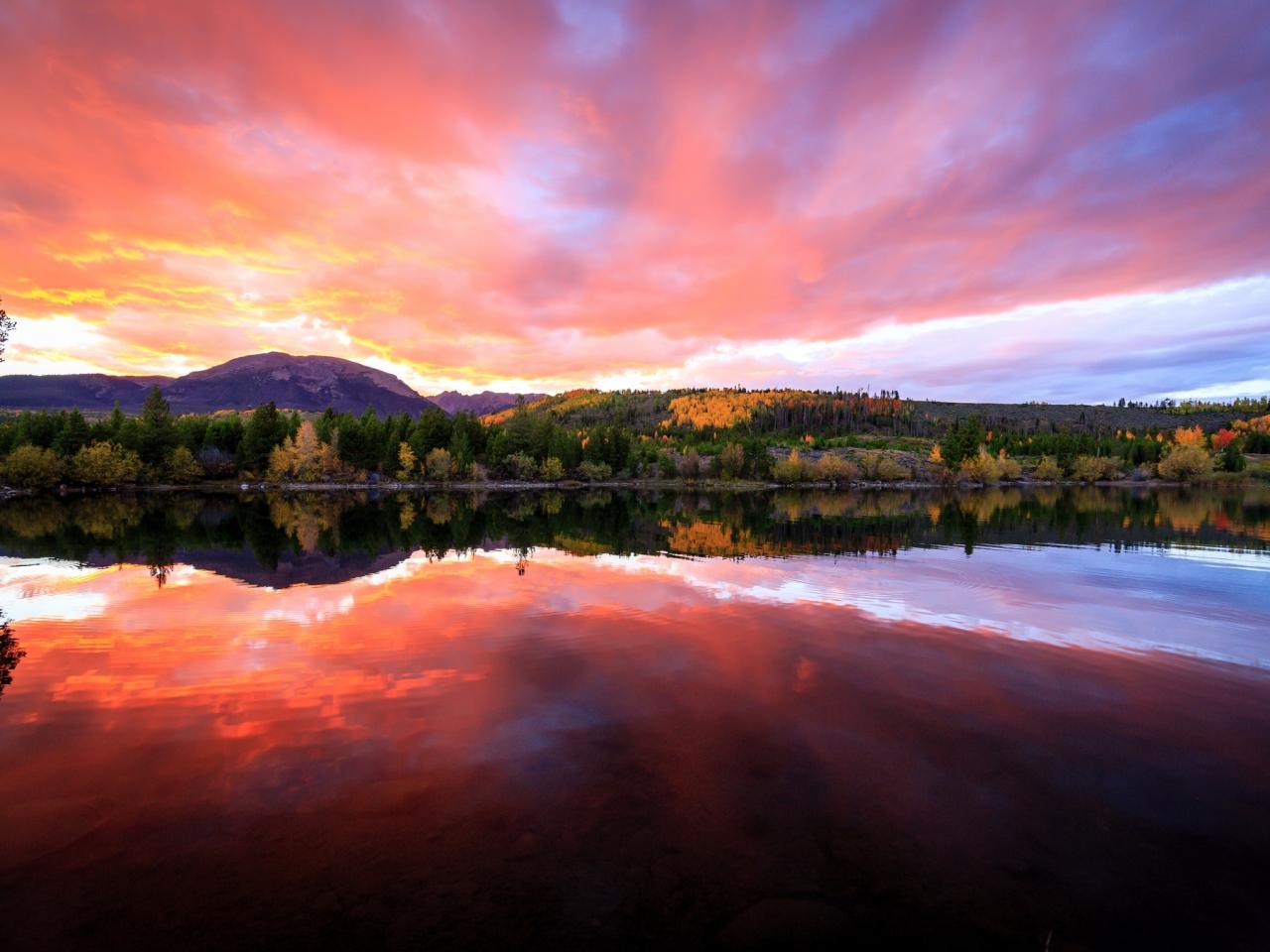 Bellos reflejos en un lago - 1280x960
