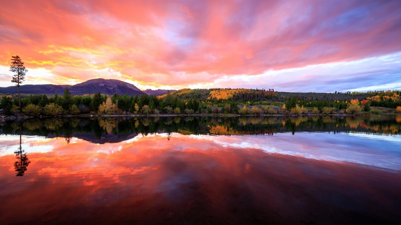 Bellos reflejos en un lago - 1366x768