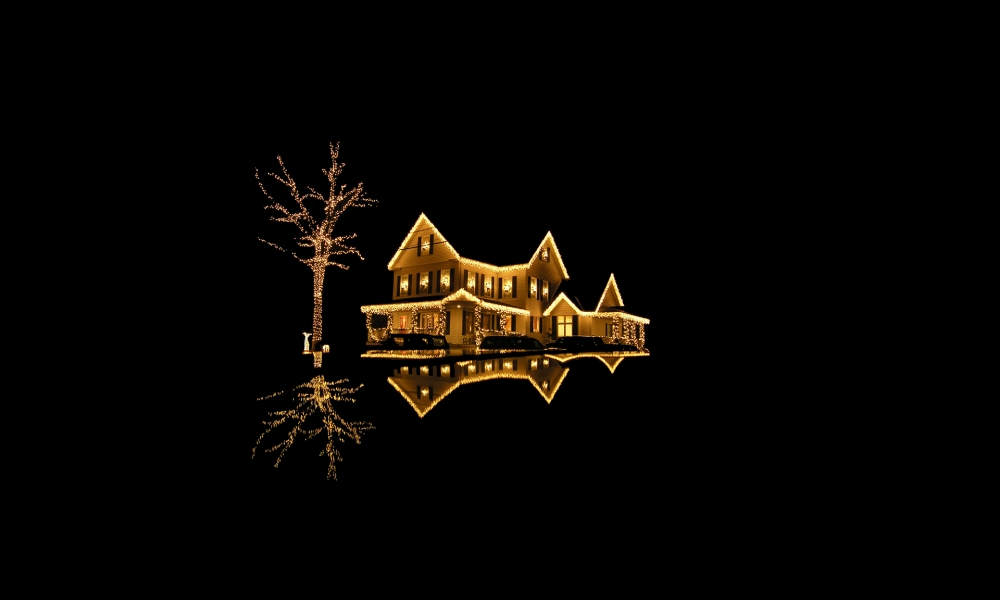 Fondo negro con casa con luces de navidad - 1000x600