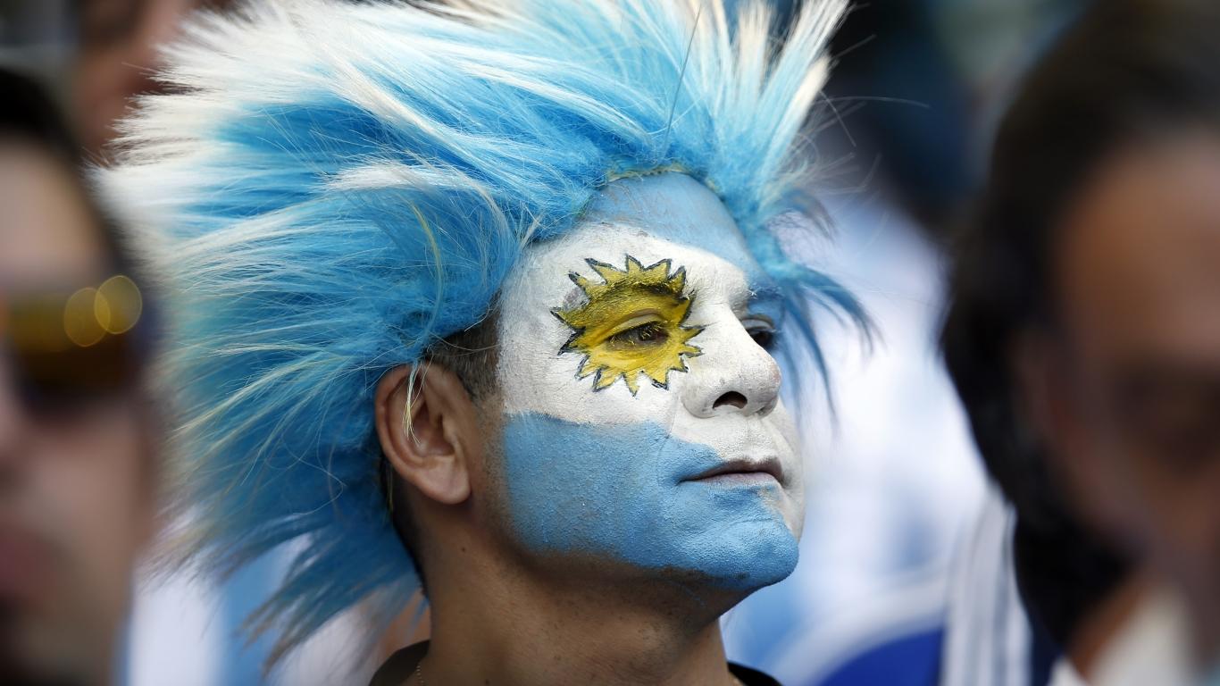 Hinchas Argentinos con cara pintada - 1366x768