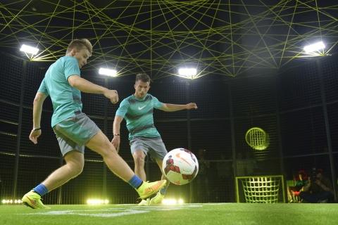 Jugar futbol de noche - 480x320