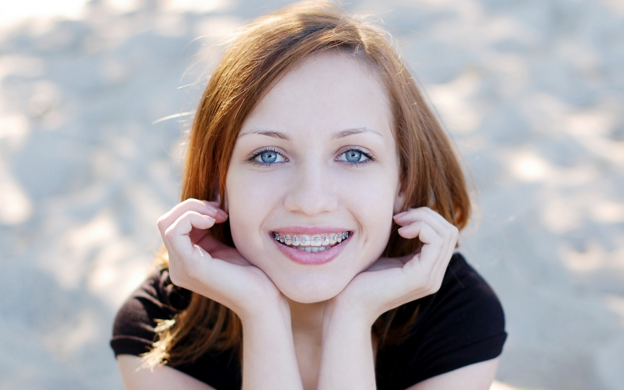 Linda pelirroja de ojos azules - 1280x800