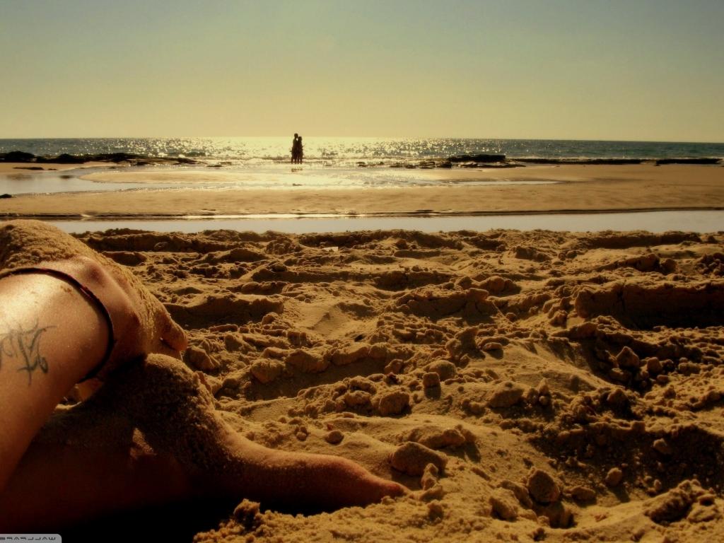 Los pies de una chica en la playa - 1024x768